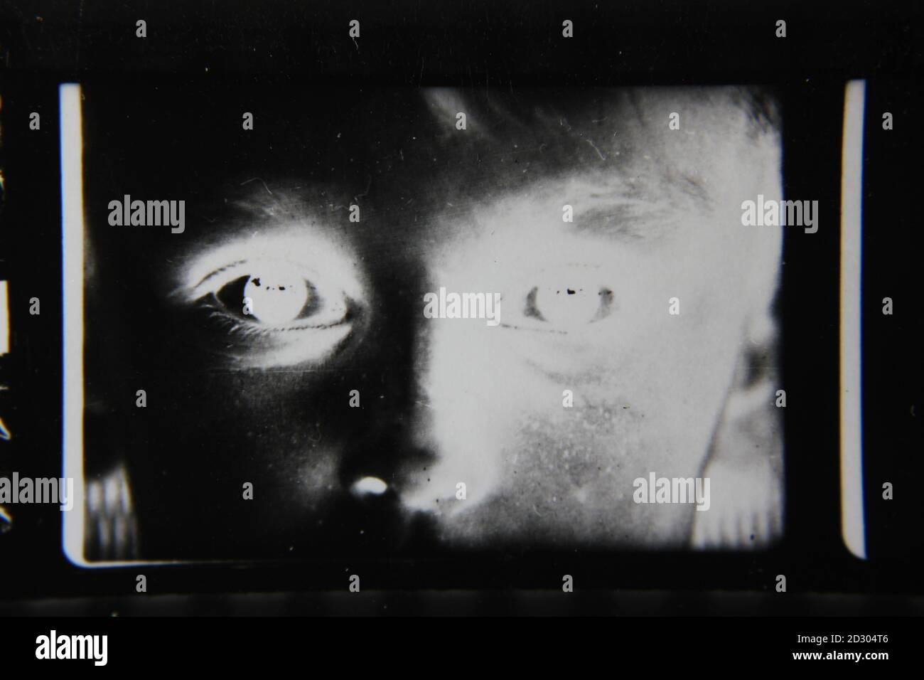 Feine Schwarz-Weiß-Fotografie aus den 1970er Jahren, bei der ein Jugendlicher mit leuchtenden Augen auf die Kamera schaut. Stockfoto