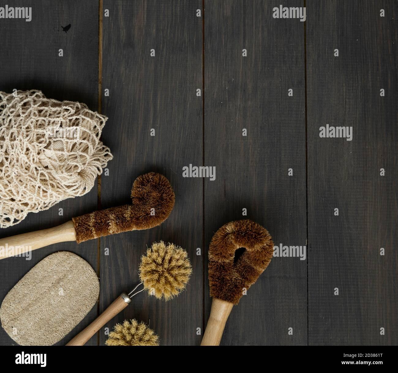Zero Waste Kit. Set aus umweltfreundlichen Reinigungsbürsten, Mesh-Baumwollbeuteln und Loofah. Zubehör für natürliche und wiederverwendbare Artikel. Stockfoto