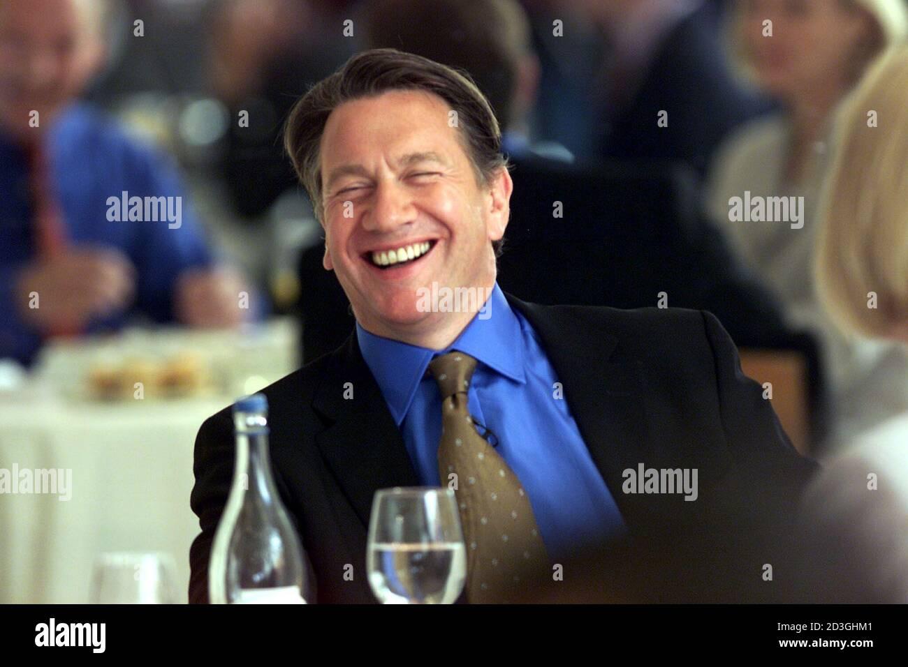 Großbritanniens Schattenkanzler Michael Portillo lacht, als er offiziell sein Wahlkampfmanifest für die Führung der britischen Konservativen Partei am 21. Juni 2001 im Avenue Restaurant in London startet. Bei der offiziellen Vorstellung sagte Portillo seinem Publikum von Unterstützern, dass die Konservative Partei den Mut haben müsse, eine Veränderung vorzunehmen. BR Stockfoto