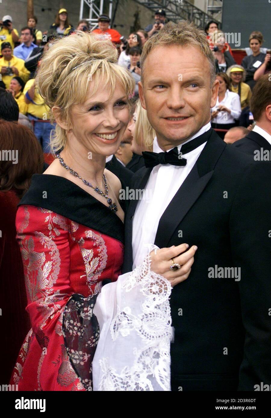 """Musiker Sting, nominiert für den besten Song für """"Bis"""" aus dem Film """"Kate & Leopold,"""" kommt mit seiner Frau Trudie Styler bei den 74. annual Academy Awards 24. März 2002 in Hollywood. Stockfoto"""