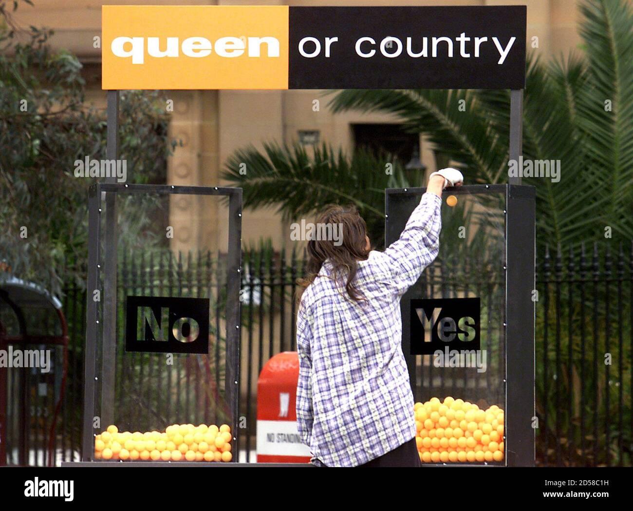 """Eine Frau wirft einen orangefarbenen Ping-Pong-Ball in eine Kiste mit der Aufschrift """"Ja"""", die Teil einer Straßenumfrage in Sydney am 1. November ist, die darauf hinweist, dass sie am Samstag für eine australische republik stimmen und die verfassungsmäßigen Beziehungen zu Großbritannien abschneiden will. Meinungsumfragen der letzten Monate zeigen jedoch immer noch, dass Republikaner wahrscheinlich nicht die historische Wahl gewinnen werden, um die britische Königin Elizabeth, Australiens konstitutionelle Monarchin, durch einen australischen Präsidenten zu ersetzen. DG/TAN Stockfoto"""