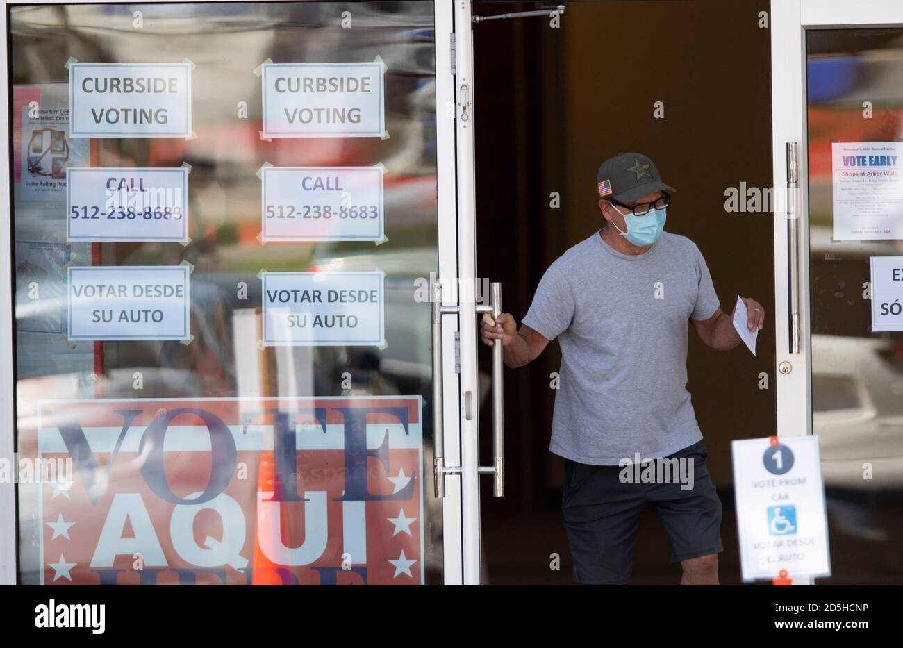 Austin, TX USA, 13. Oktober 2020: Ein Wähler verlässt diese Wahlstelle im Norden von Austin am ersten Tag der vorzeitigen Wahl in Texas. Regierungsvertreter der Landtagswahlen berichten von Rekordzahlen früher Wähler und nur geringfügigen Verarbeitungsproblemen, da bis Mittag 14,000 Stimmzettel abgeworfen wurden. Kredit: Bob Daemmrich/Alamy Live Nachrichten Stockfoto