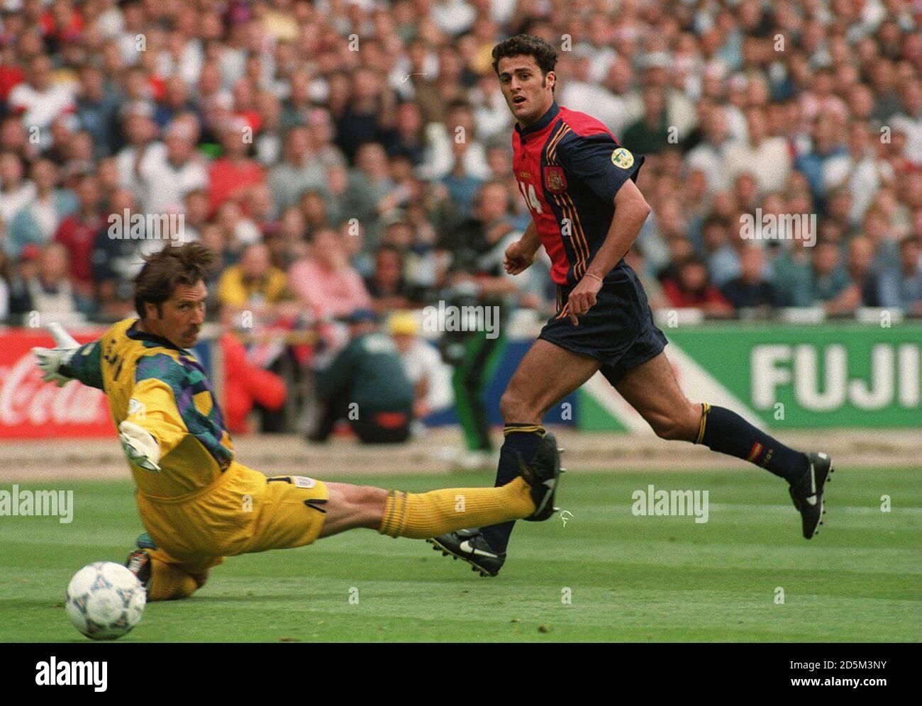 22-JUN-96 ..England / Spanien ... Der Spanier Francisco Narvaez Kiko punktet hinter dem ausgestreckten David Seaman, wird aber von der Seite ausgeschlossen Stockfoto