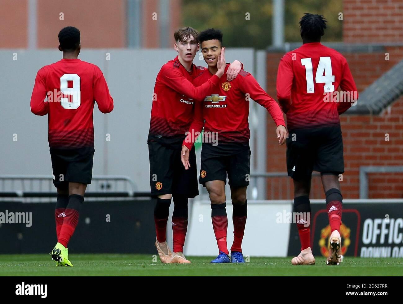 Manchester United's Mason Greenwood (Mitte rechts) Feiert Scoring seiner Seite das zweite Tor des Spiels mit Teamkollege James Garner von Manchester United (Mitte links) Stockfoto