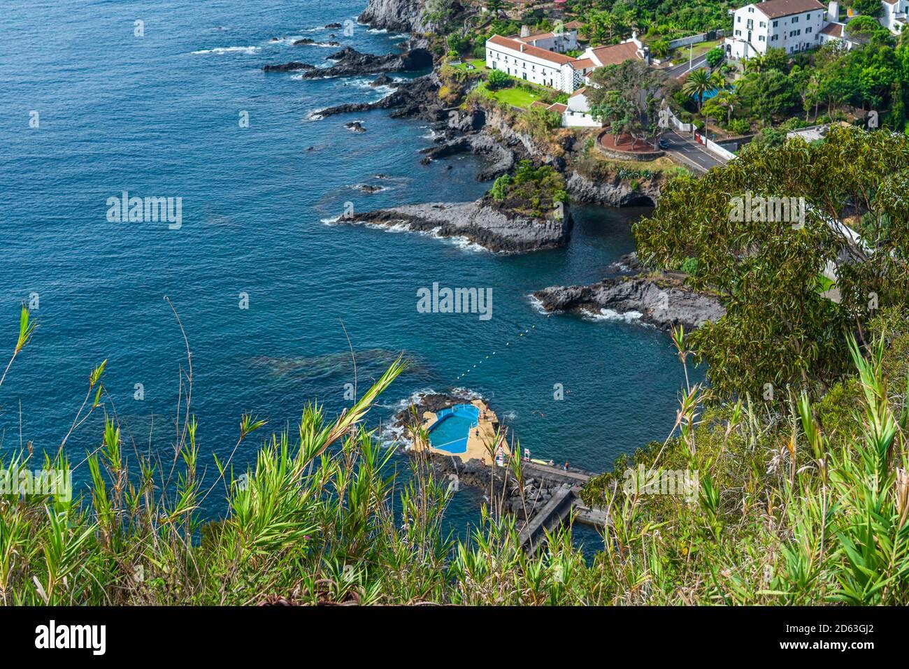 Aussichtspunkt zur Bucht von Caloura mit dem natürlichen Pool auf der Insel Sao Miguel, Azoren Stockfoto