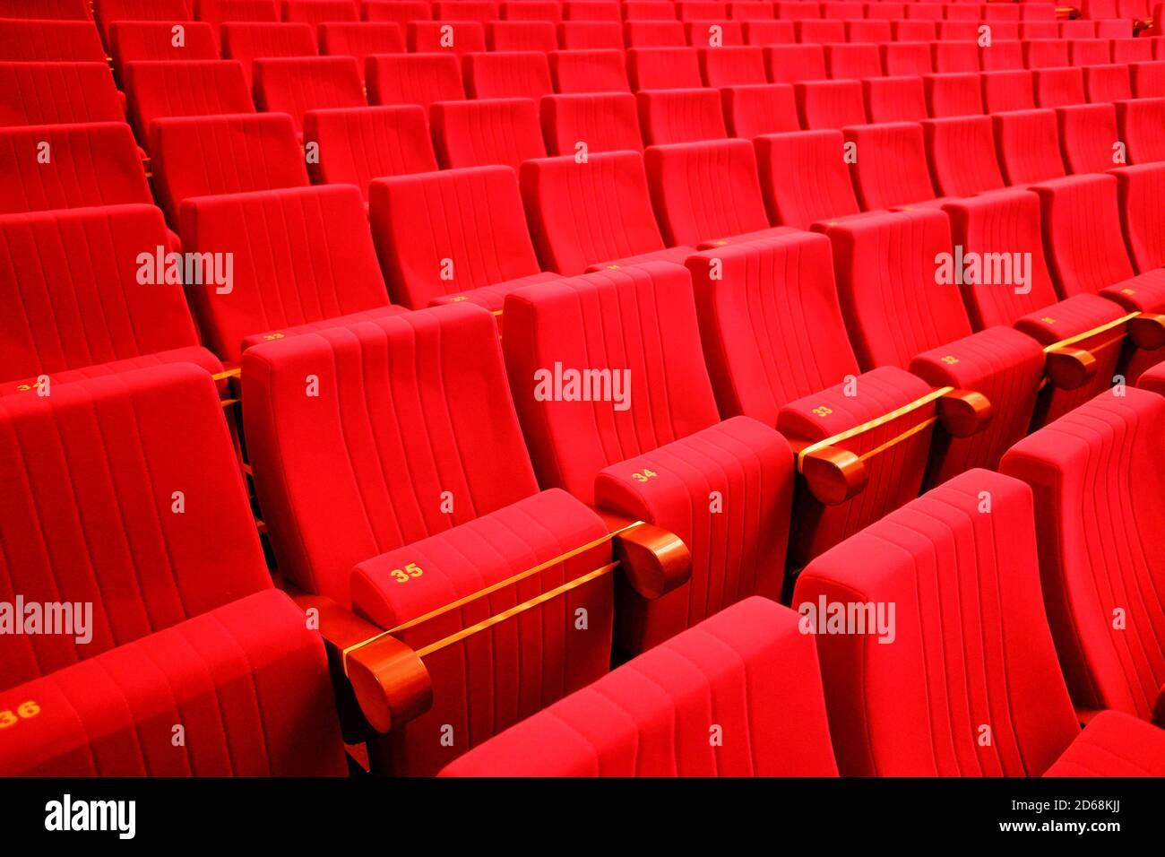Sitzplätze im Theater. Soziale Distanz zwischen den Zuschauern in der Halle Stockfoto