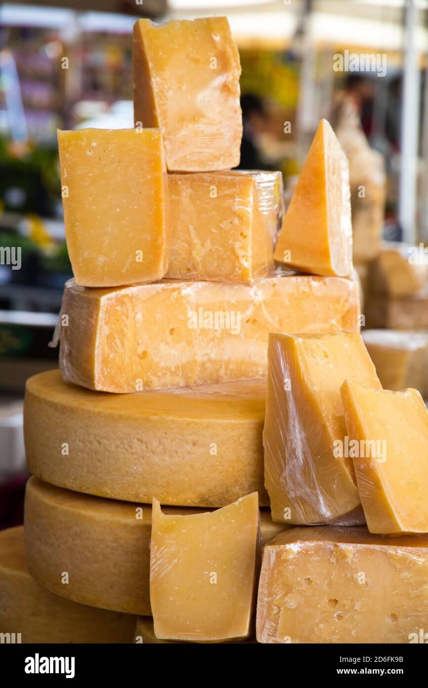 Käseblöcken auf einem Markt in Rom Italien Stockfoto