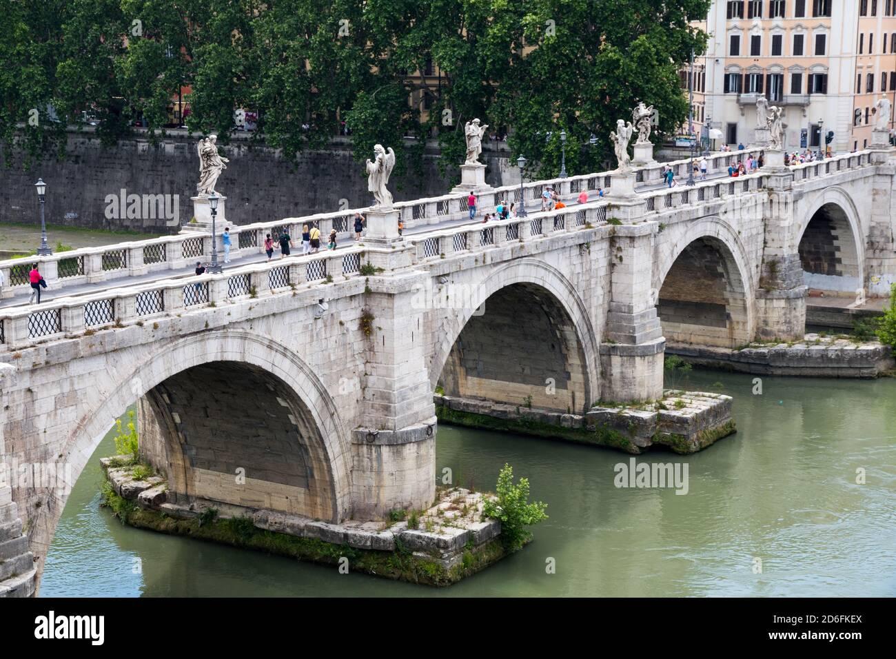 Menschen, die die Ponte San'Angelo Brücke über den Tiber überqueren In Rom Italien Stockfoto