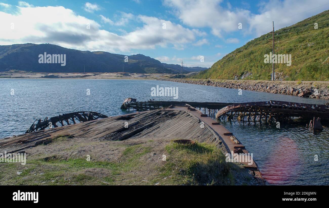 Barentssee und Arktischer Ozean, der nördlichste von Russland. Das Dorf Teriberka und der Friedhof der Schiffe, Landschaften Stockfoto