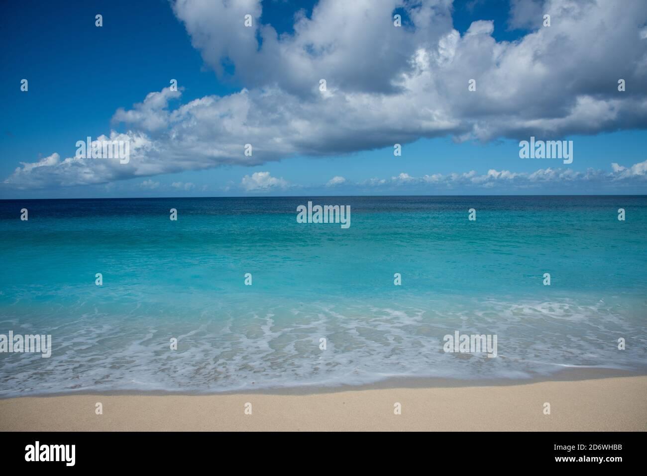Majestätische karibische Gewässer am Sandy Point Strandgebiet in Frederiksted auf St. Croix an einem sonnigen Tag auf den amerikanischen Jungferninseln Stockfoto