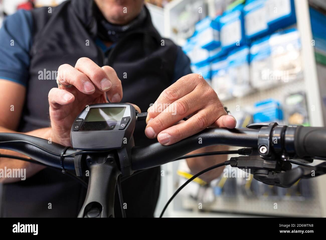 Fahrradmechaniker unterhält ein E-Bike Stockfoto