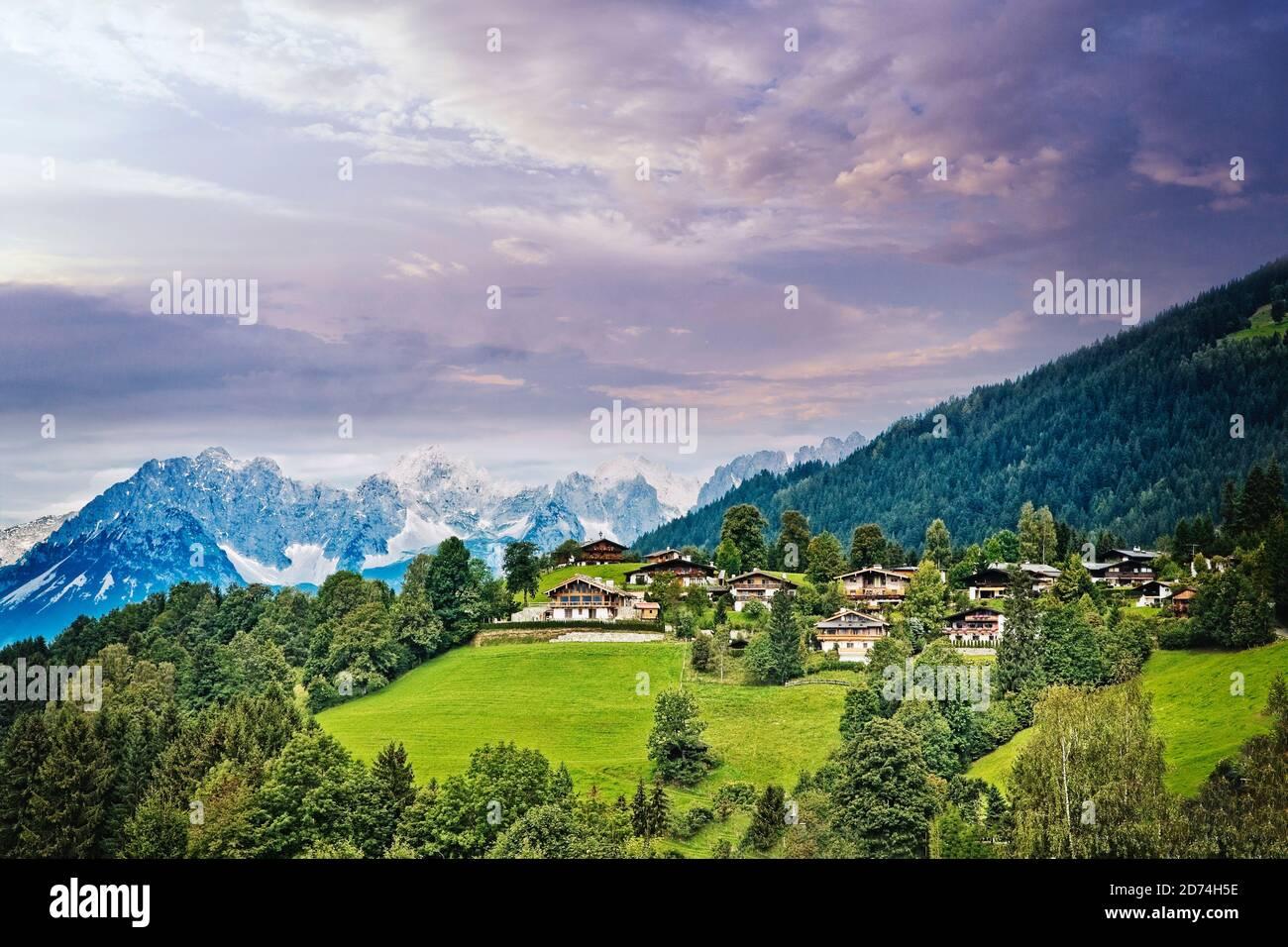 Häuser am Berghang oberhalb von Kitzbühel Österreich. Stockfoto