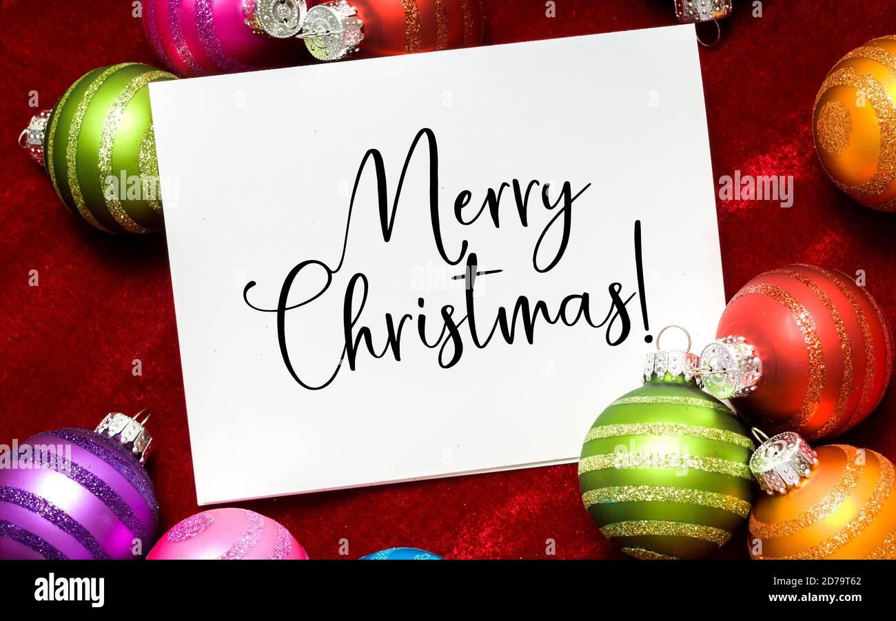 Weihnachtskugeln, Ball mit Note Wishing Frohe Weihnachten Stockfoto