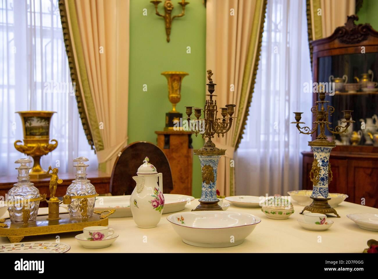 Der Museumsraum im alten GEHÖFT. Wohnzimmer mit einem Tisch für die Ankunft der Gäste. Stockfoto