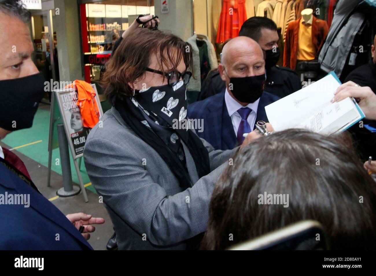"""Johnny Depp bei der Premiere von """"Crock of Gold: A few rounds with Shane McGowan"""" während des 16. Zürcher Filmfestivals im Kino Corso am 02. Oktober 2020 in Zürich, Schweiz. Stockfoto"""