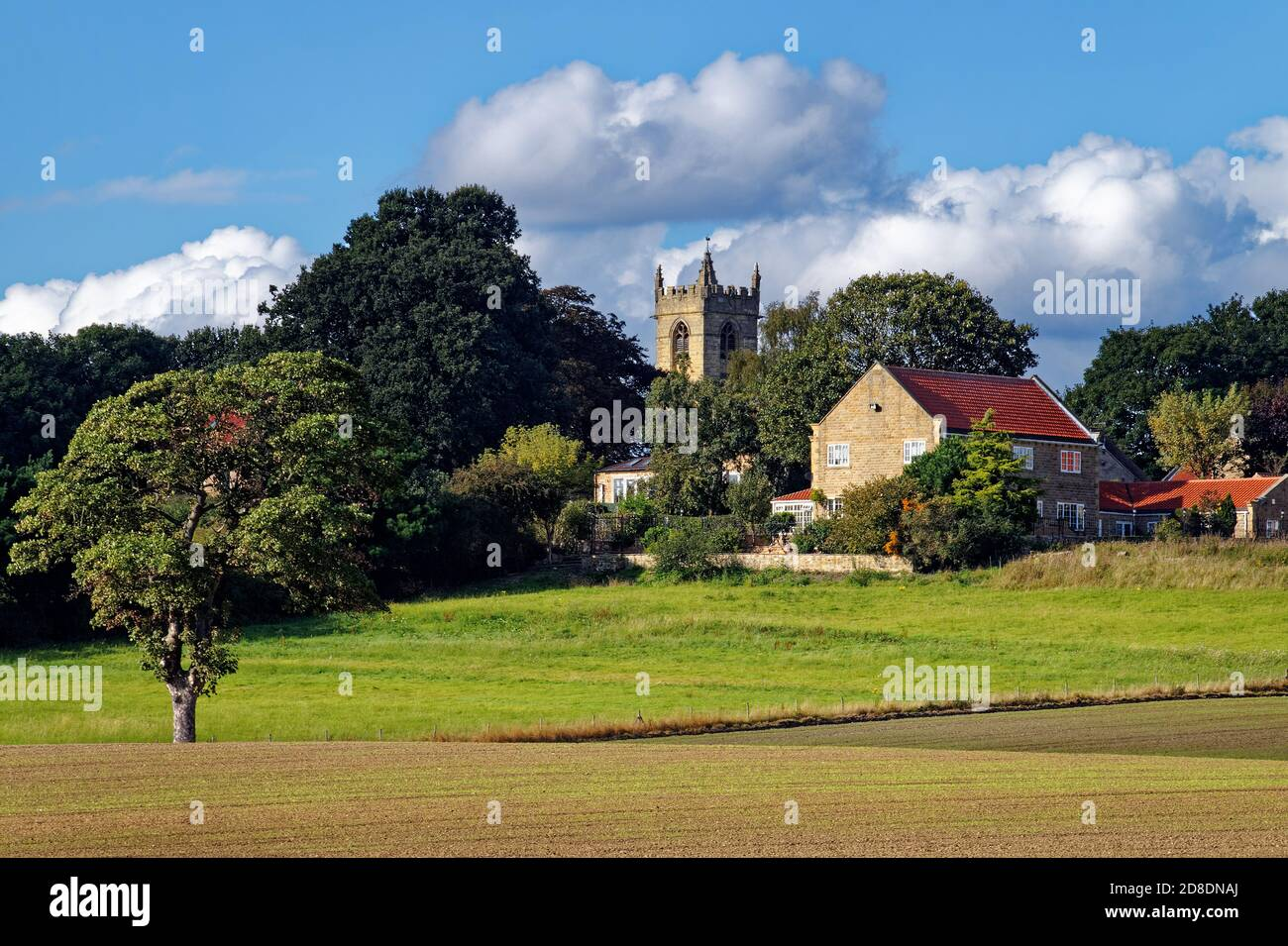 Großbritannien, South Yorkshire, Barnburgh, St. Peter's Church und die umliegende Landschaft Stockfoto
