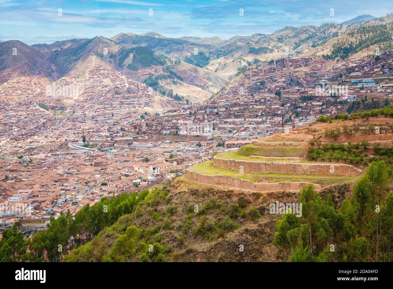 Die Stadt Cusco, Peru in den Anden liegt bei 11,000 Fuß in einem Tal, das von inkischen Ruinen umgeben ist. Stockfoto