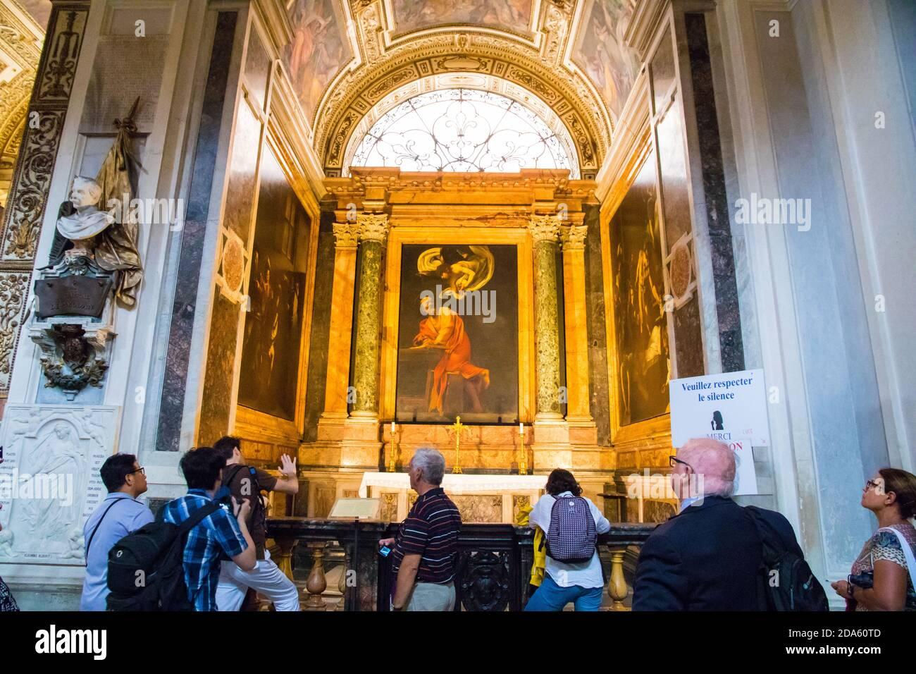 Touristen bewundern Caravaggio Malerei die Inspiration des heiligen Matthäus hängen In der Kirche von Saint Louis der Franzosen in Rom Italien Stockfoto