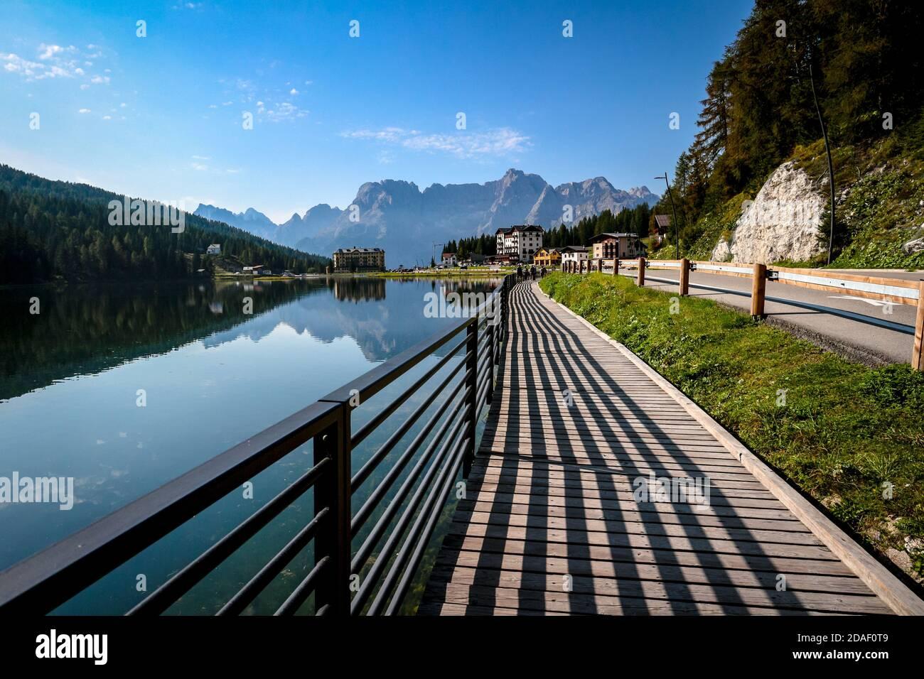 Lago di Misurina und harte Schattenlinien mit spiegelnden See-Spiegelungen des alpinen Bergpanoramas der Dolomiten in Misurina, Venetien, Italien. Stockfoto
