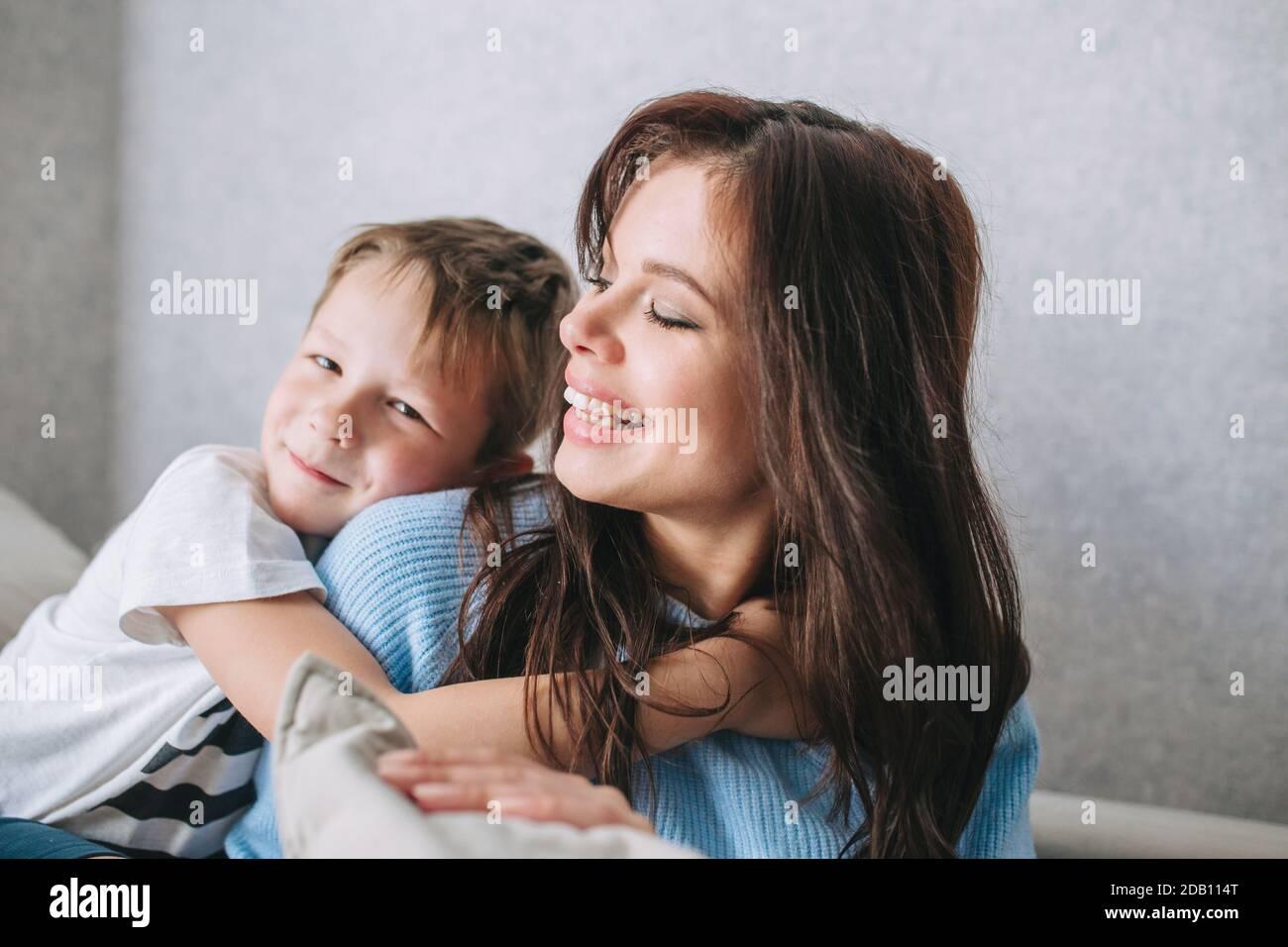 Mutter und Sohn. Alles gute zum Muttertag. Sohn umarmt seine Mutter Stockfoto