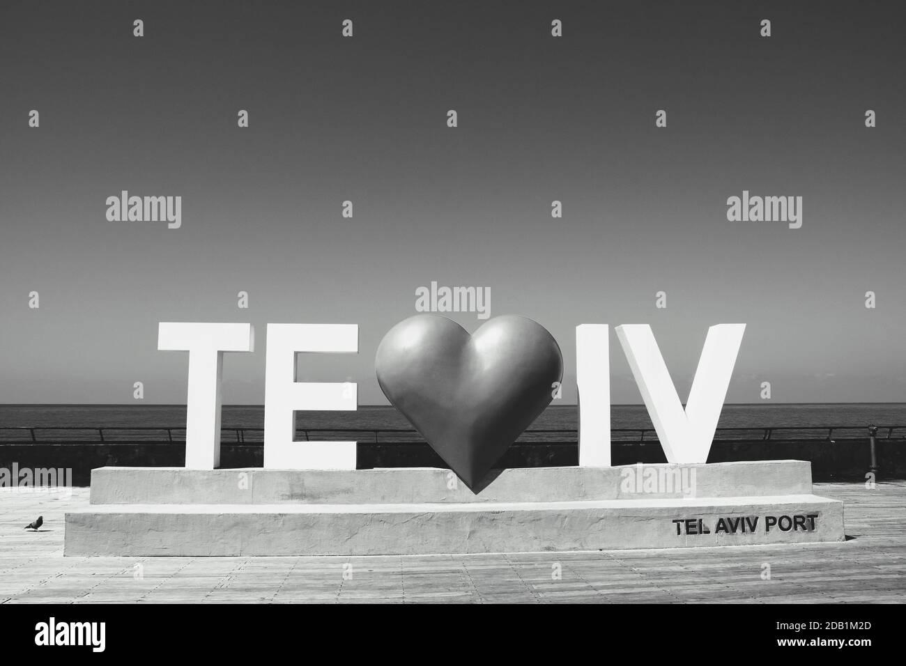 Tel Aviv Love-Schild mit Herz am Stadthafen. Der Hafen von Tel Aviv (Israel) ist ein beliebtes Freizeit- und Geschäftsviertel. Schwarz weiß Stockfoto