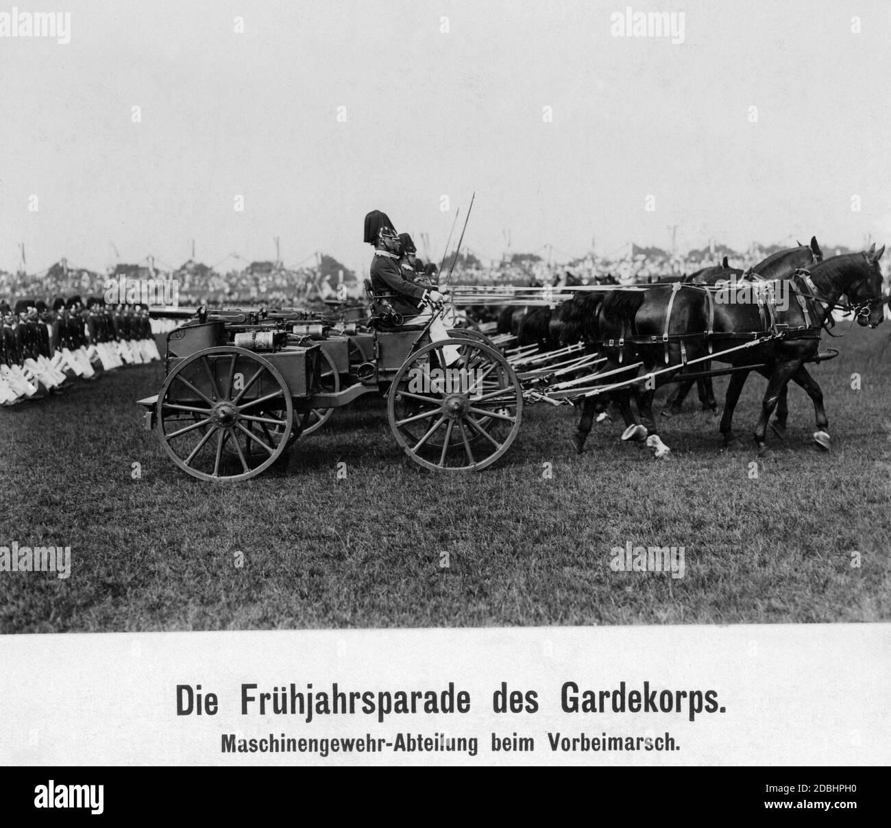 Die Maschinengewehrabteilung während einer Parade. Stockfoto