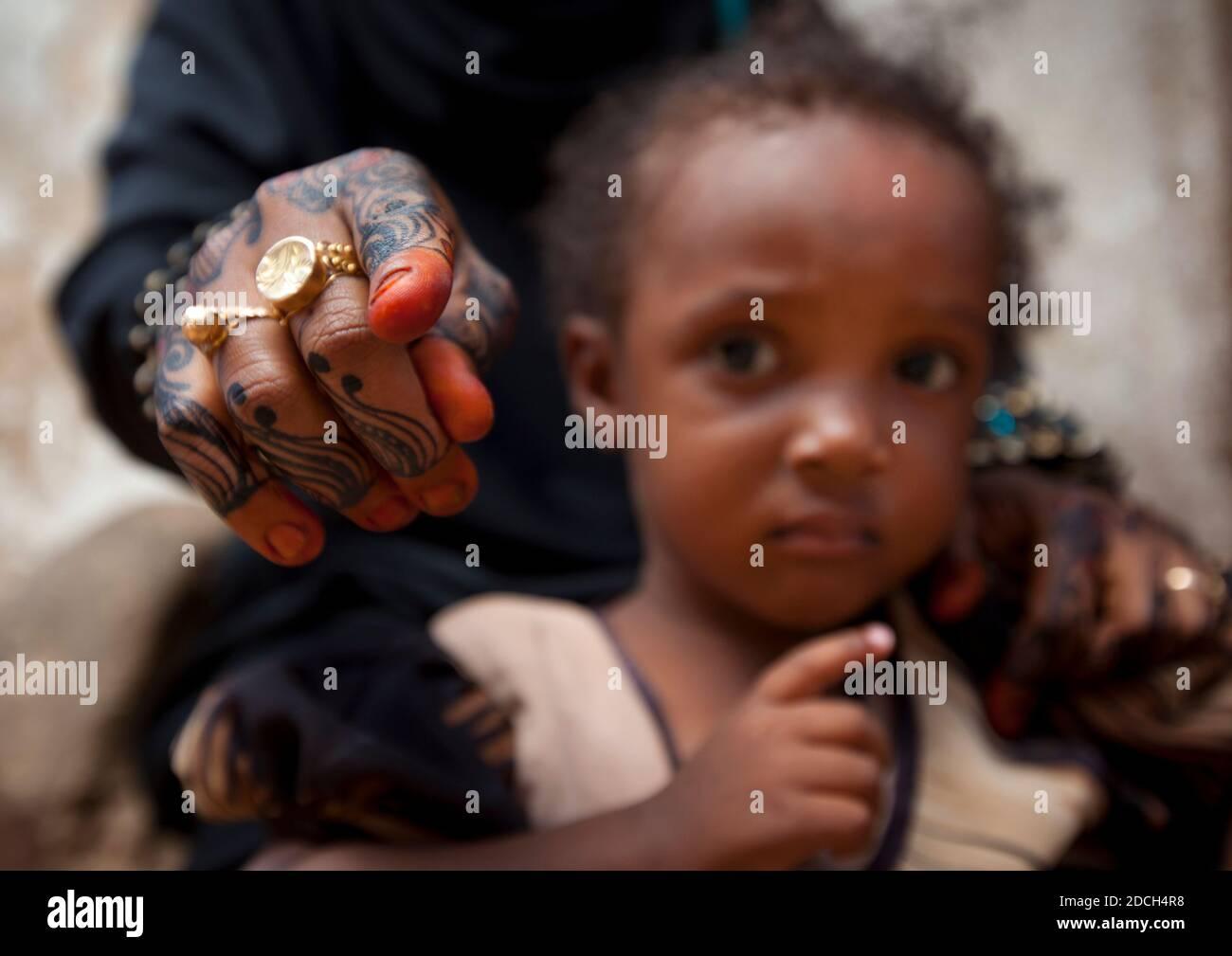 Muslimische Frau mit Henna bemalten Händen und ihre Tochter, Lamu County, Lamu, Kenia Stockfoto