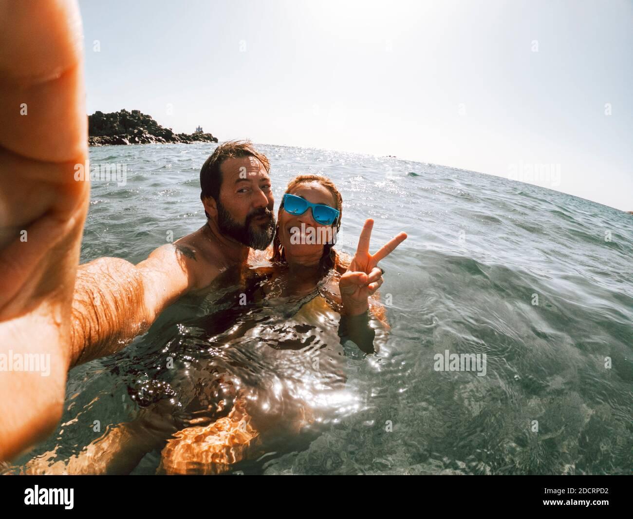 Fröhliche Erwachsene Paar machen Selfie-Foto Schwimmen am Meer Und genießen Sie Sommerurlaub zusammen Stockfoto