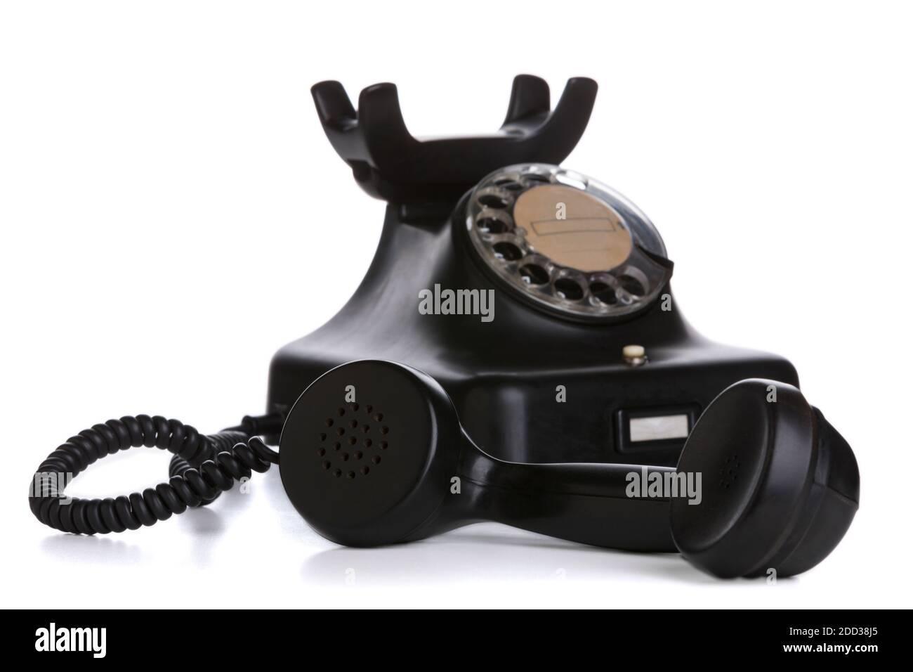 Vintage-Telefon mit Empfänger im Fokus genommen, isoliert auf weißem Hintergrund Stockfoto