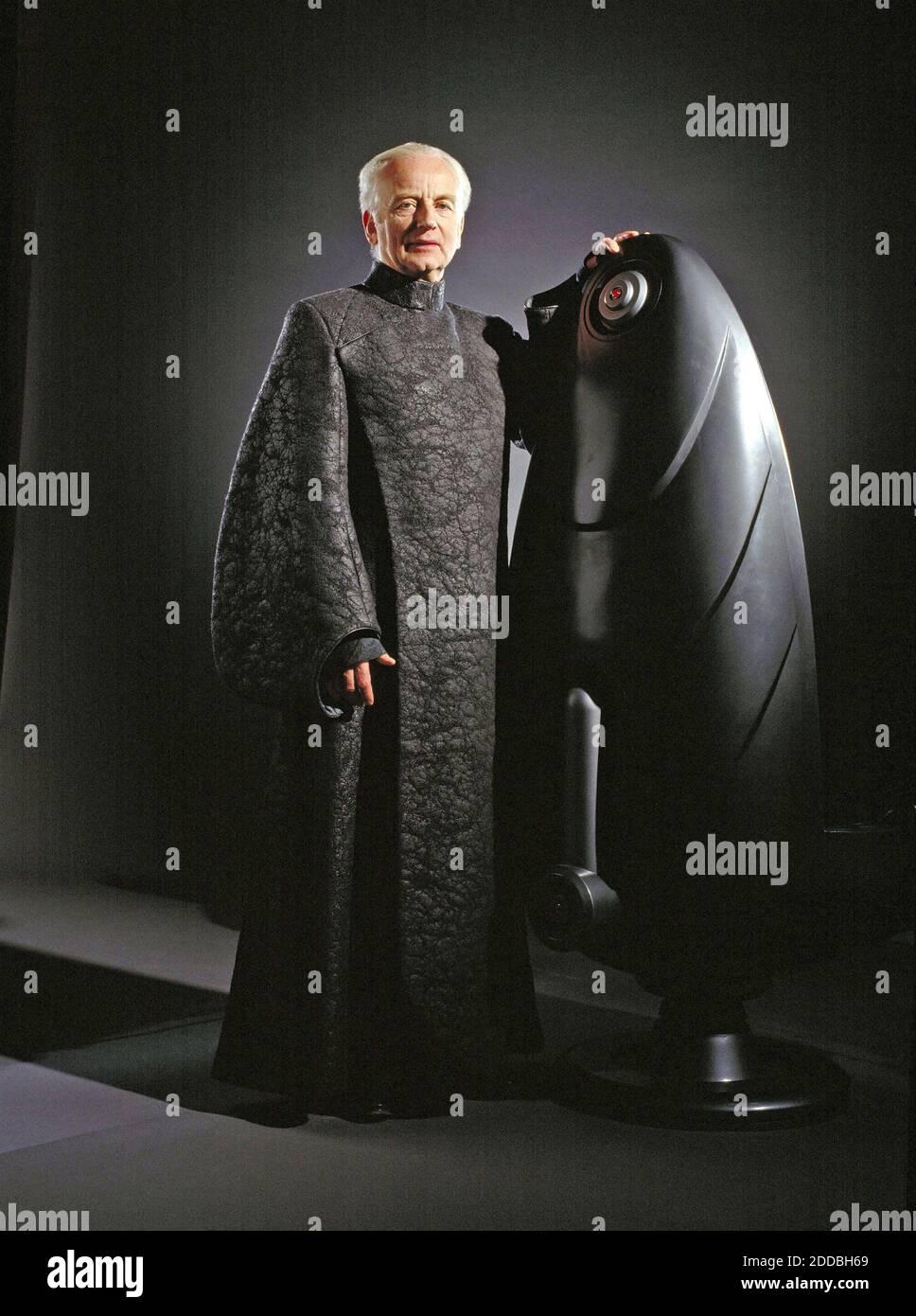 KEIN FILM, KEIN VIDEO, KEIN TV, KEIN DOKUMENTARFILM - Senator Palpatine (Ian McDiarmid) in einer imposanten Federation Tunika am Set des Films Star Wars. Foto von KRT/ABACAPRESS.COM Stockfoto