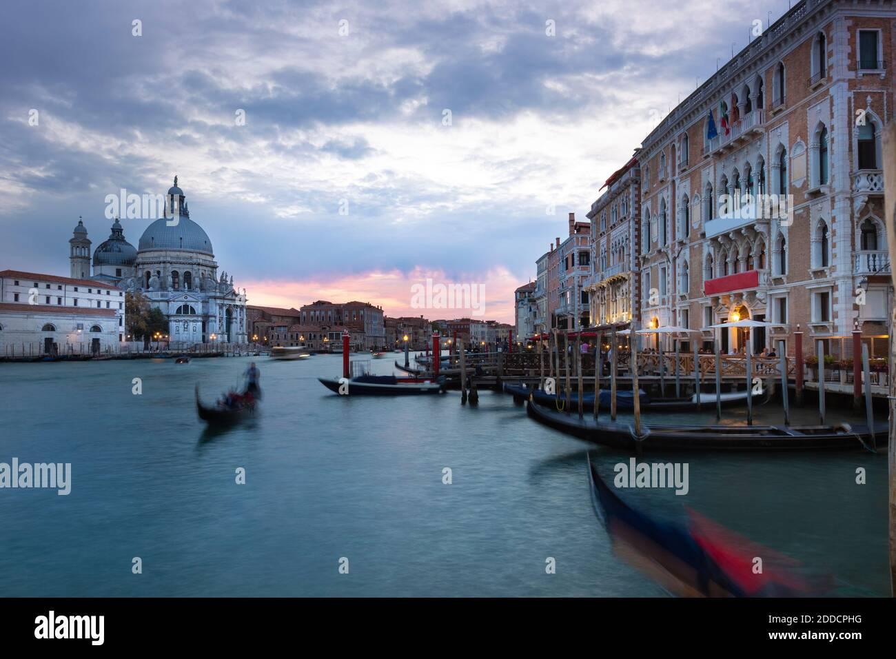 Italien, Venetien, Venedig, Gondeln in Marina vor Santa Maria della Salute in der Abenddämmerung Stockfoto