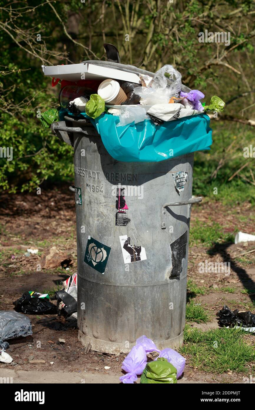 Öffentliche graue überfüllte Mülltonne, Bremen, Deutschland, Europa Stockfoto