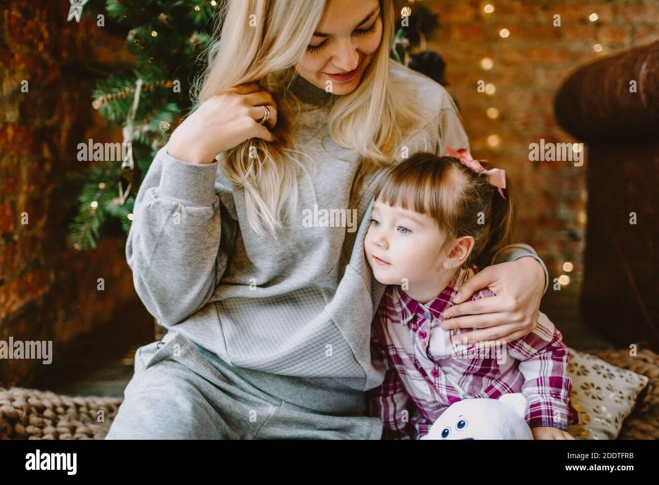 23. November 2020. Anapa, Russland. Yong Mädchen mit Mutter im Weihnachtsraum. Urlaub Winterzeit. Stockfoto
