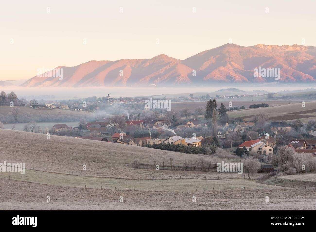 Dorf Horny Kalnik und Mala Fatra Gebirge, Slowakei. Stockfoto