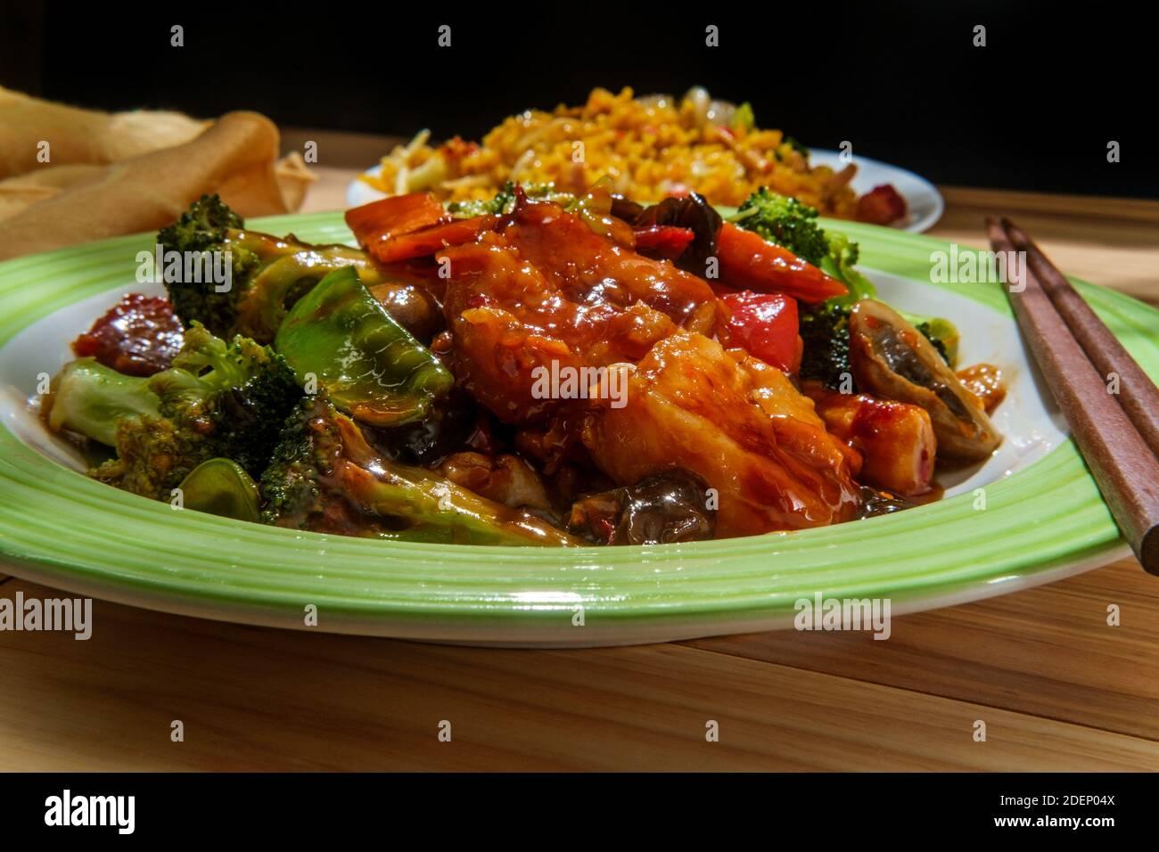Chinesische Dreifach Delight Garnelen Huhn und Schweinefleisch mit Seite Gebratener Reis Stockfoto
