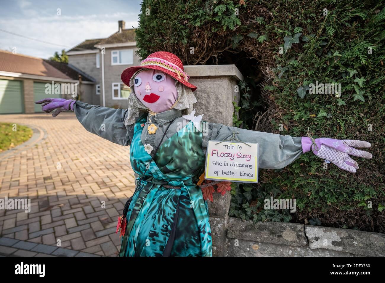 Coronavirus: Lockdown Vogelscheuche Charaktere bringen einige lokale hausgemachte Humor in die Stadt Marston Magna in Somerset, Großbritannien. Stockfoto