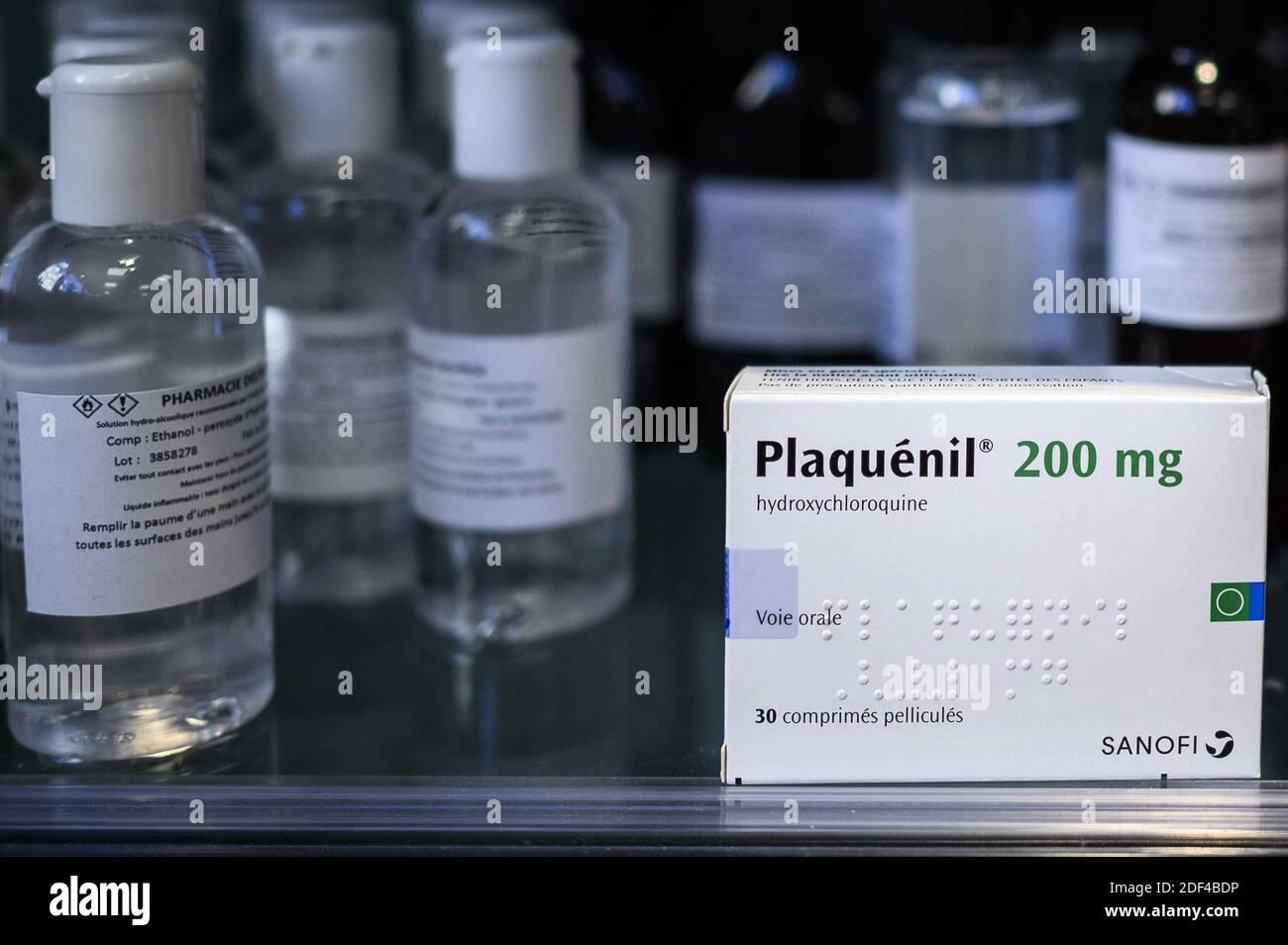 """Eine Schachtel Plaquenil (oder Chloroquin, Hydroxychloroquin) am 30. März 2020 in Paris, Frankreich. Chloroquin ist ein bestehendes Anti-Malaria-Medikament, das sowohl zur Vorbeugung der Krankheit als auch zur Behandlung verwendet wird. Es ist bekannt unter dem Markennamen Nivaquin oder, für Hydroxychloroquin, Plaquenil und ist die synthetische Form von Chinin. Am Sonntag sagte das US-Gesundheitsministerium (HHS) in einer Erklärung, dass Chloroquin und Hydroxychloroquin an Jugendliche und Erwachsene mit COVID-19 verschrieben werden könnten, """"wenn eine klinische Studie nicht verfügbar oder machbar ist"""", nachdem die FDA eine Notfallgenehmigung erteilt hatte. Stockfoto"""