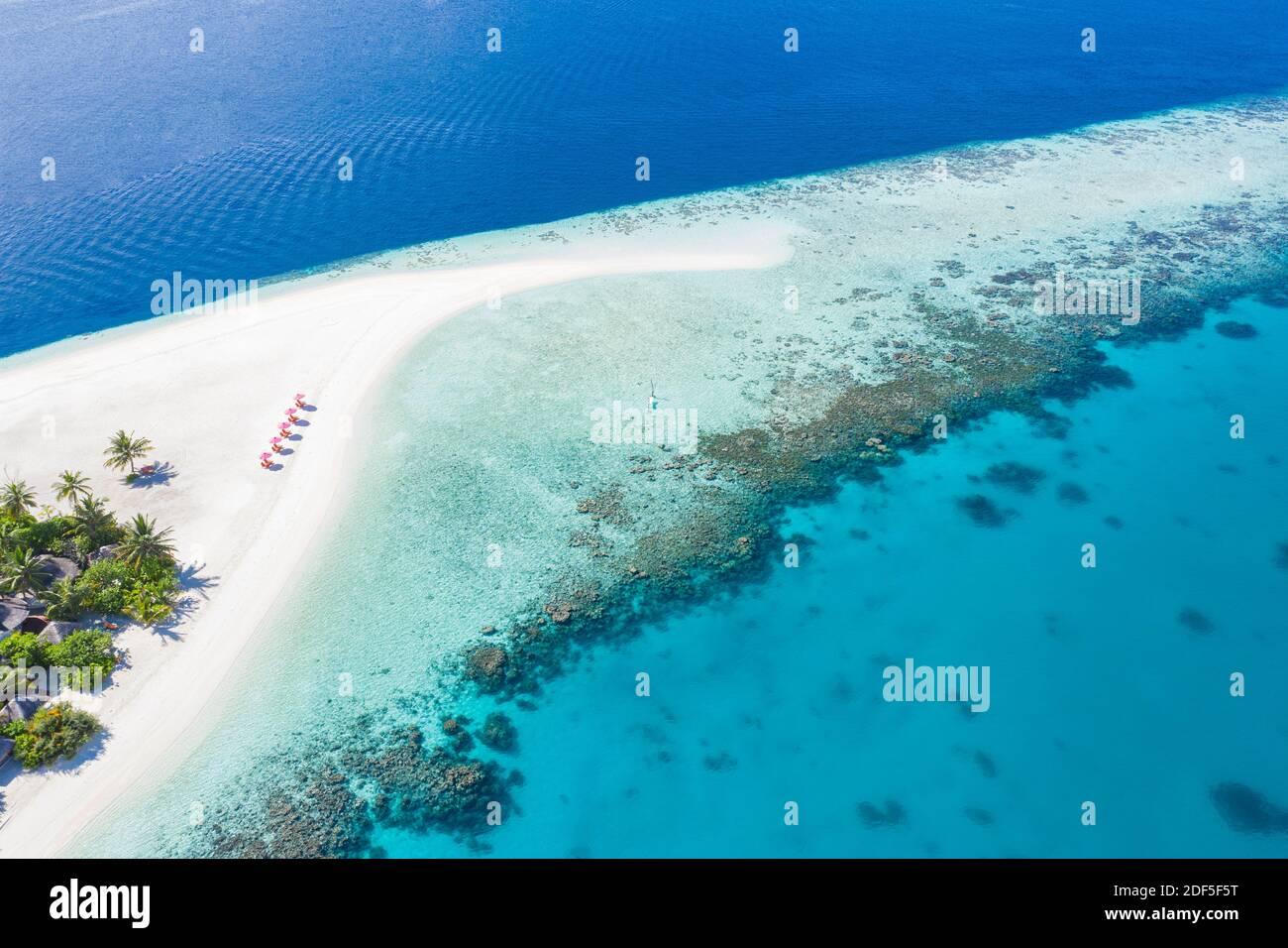 Atemberaubende Luftlandschaft auf den Malediven. Perfekte Aussicht auf das blaue Meer und das Korallenriff von der Drohne oder vom Flugzeug. Exotische Sommer Reise und Urlaubslandschaft Stockfoto