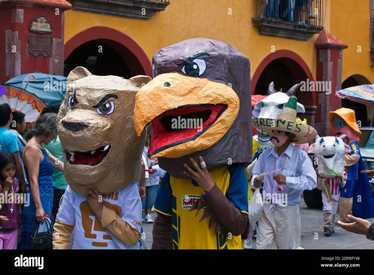 Mexikaner kleiden sich in Kostümen und nehmen an der DIA DE LOS LOKS (TAG DER VERRÜCKTEN) PARADE Teil - SAN MIGUEL DE ALLENDE, GUANAJUATO, MEXIKO Stockfoto