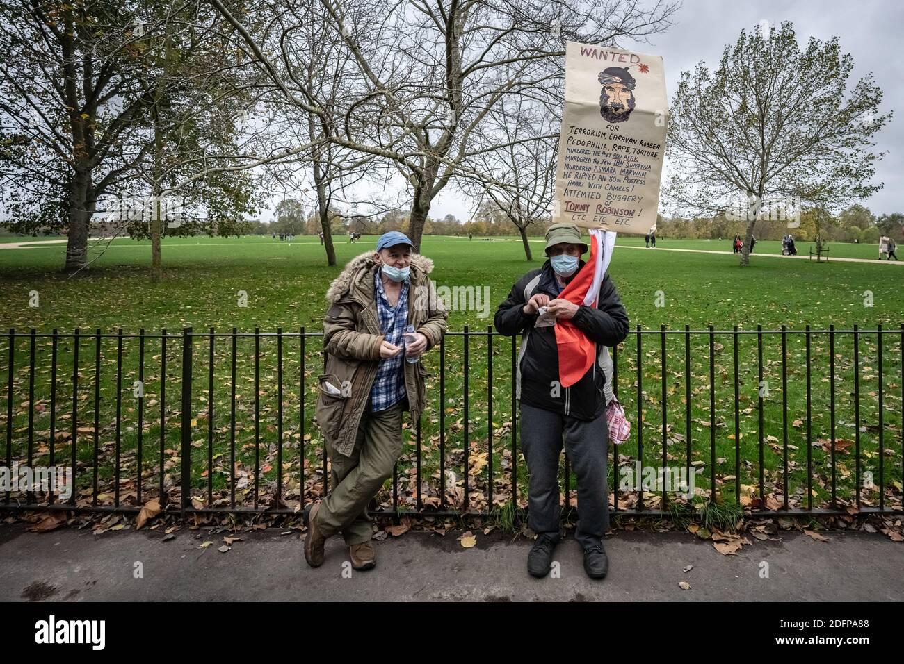 Unterstützer von Tommy Robinson versammeln sich Speakers' Corner im Hyde Park unter Polizeiaufsicht. London, Großbritannien. Stockfoto
