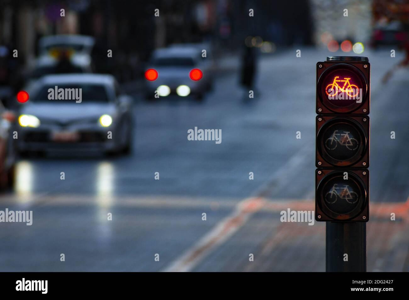 Nachhaltiger Verkehr. Fahrradverkehrssignal, rote Ampel, Stoppschild, Rennrad, kostenlose Fahrradzone oder -Bereich, Bike-Sharing, mit Verkehr im Hintergrund Stockfoto