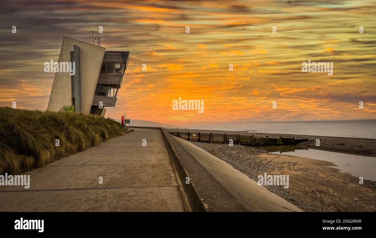 Rainbow am Rossall Beach, Fleetwood, Lancashire, Großbritannien. Das vierstöckige Gebäude an der äußeren Promenade am Rossall Point ist der Rossall Coastwatch Tower. Stockfoto