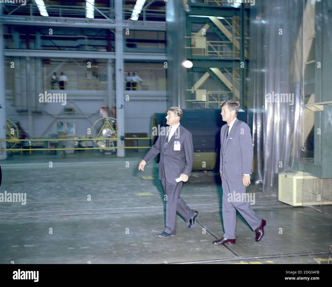 US-Präsident John F. Kennedy besuchte am 11. September 1962 das Marshall Space Flight Center (MSFC) in Huntsville, Alabama, USA. Hier besichtigen Präsident Kennedy und Dr. Wernher von Braun, MSFC-Direktor, eines der Labors. Foto von NASA via CNP Stockfoto