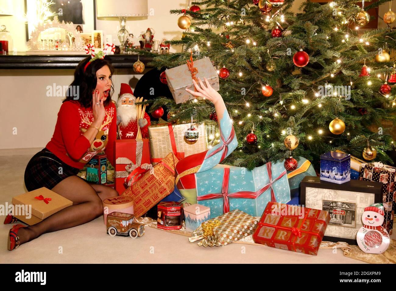 Adventszeit mit Dany Michalski. Exklusives Fotoshooting mit Dany Michalski und Model Katey als Bodypainting Weihnachtspaket in Einbeck am 6. Dezember 2020 - Bodypainting Künstler: Jörg Düsterwald Stockfoto