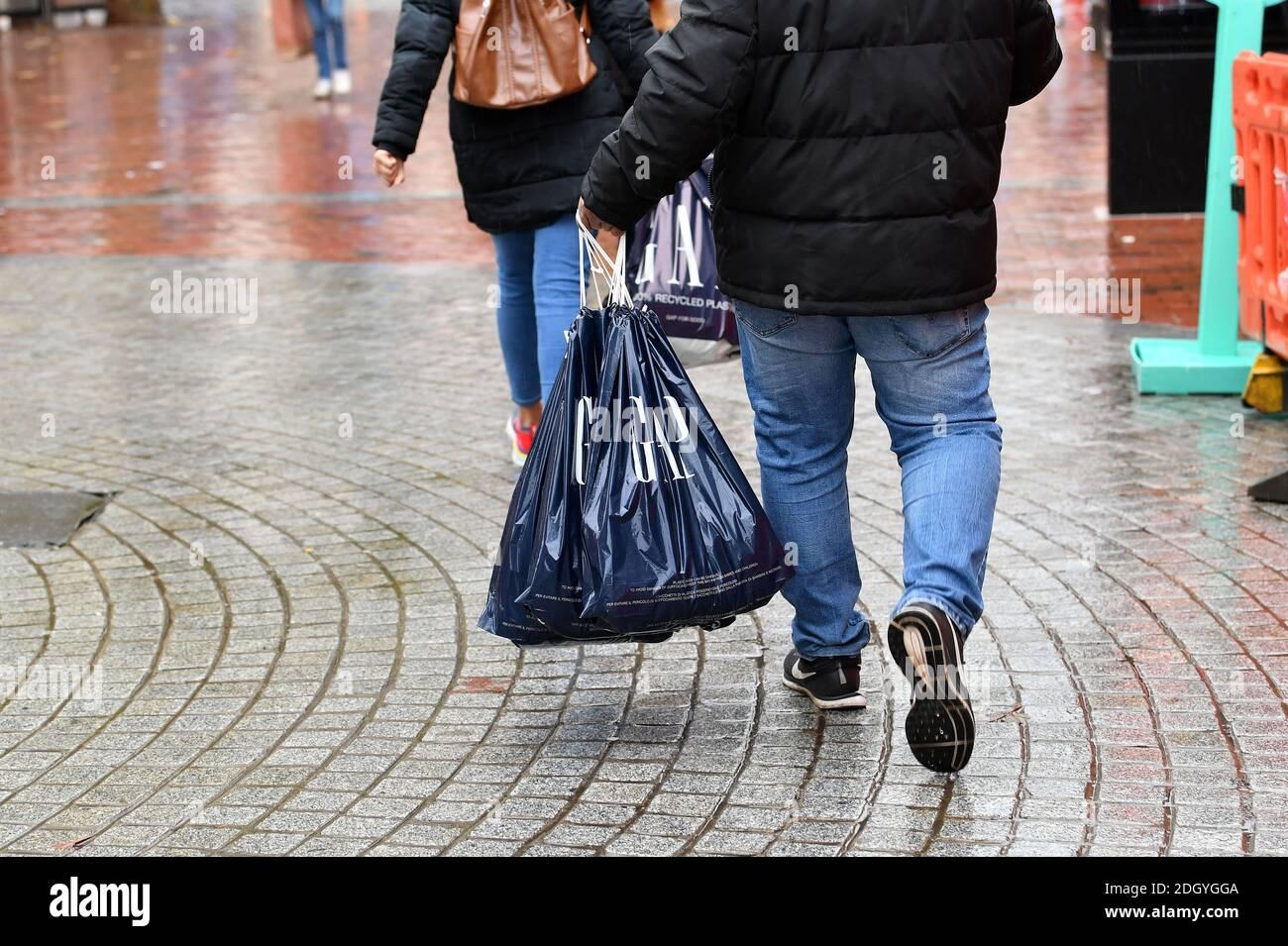 Szenen um Broad Street, Reading, Berkshire, der Tag nach Lockdown 2 endet, Donnerstag 3. Dezember 2020. Stockfoto
