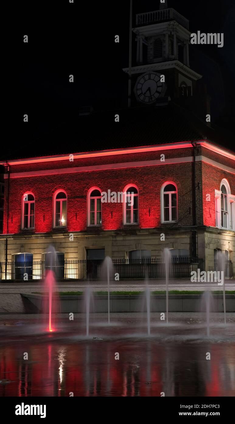 Wahrzeichen in Teesside wurden rot, um den Gedenktag zu markieren.Stockton Town Halle Stockfoto