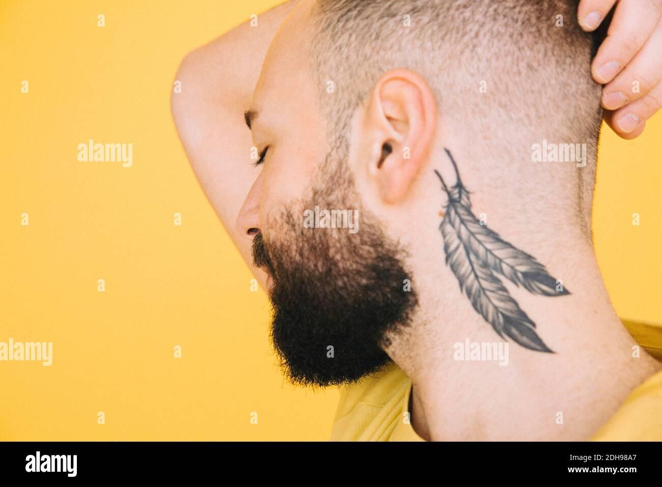 Mann kreuz hals tattoo Engelsflügel Tattoo