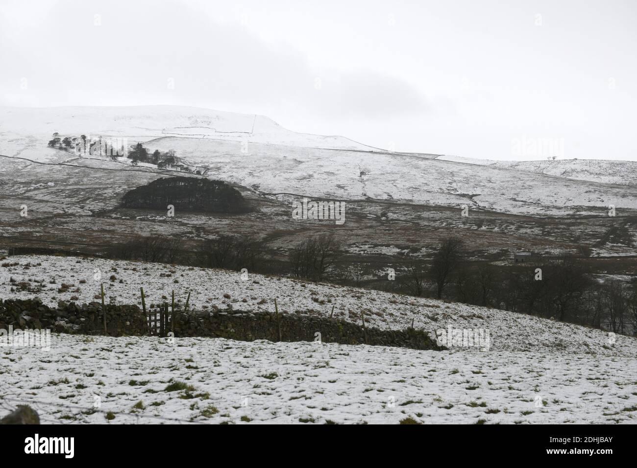 Abgebildet ist eine verschneite Szene in den Yorkshire Dales oberhalb von Hawes. Wetter Schnee Winter schneit Stockfoto