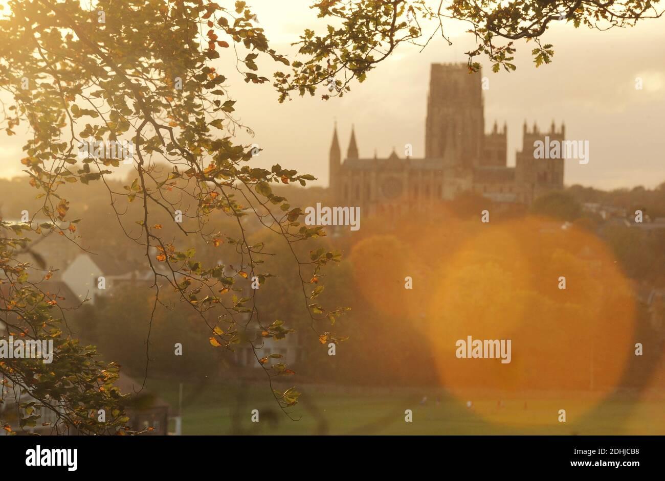 Herbstfarbe in Pelaw Woods am Ufer des Flusses Wear in Durham City. Bild zeigt Durham Cathedral Bild aufgenommen am 16. Oktober 2020 Stockfoto