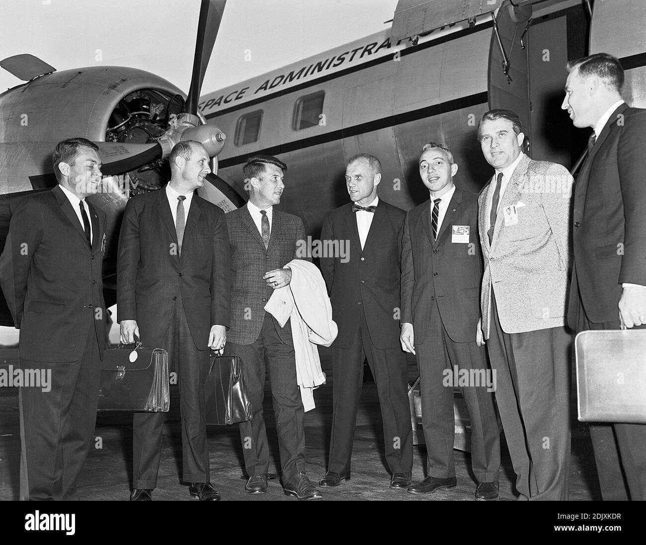Beamte des NASA-Hauptquartiers und der Astronauten trafen sich oft mit Dr. Wernher von Braun in Huntsville, Alabama. Dieses Foto wurde im September 1962 während eines solchen Besuchs aufgenommen. Von links nach rechts sind Elliot See, Tom Stafford, Wally Schirra, John Glenn, Brainerd Holmes, Dr. von Braun und Jim Lovell. Foto der NASA via CNP/ABACAPRESS.COM Stockfoto